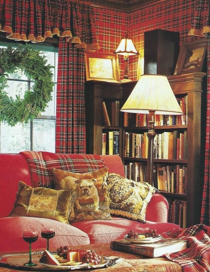 gemütliche-Atmosphäre-Weihnachtsdekoration-dekoriertes-Sofa-rot