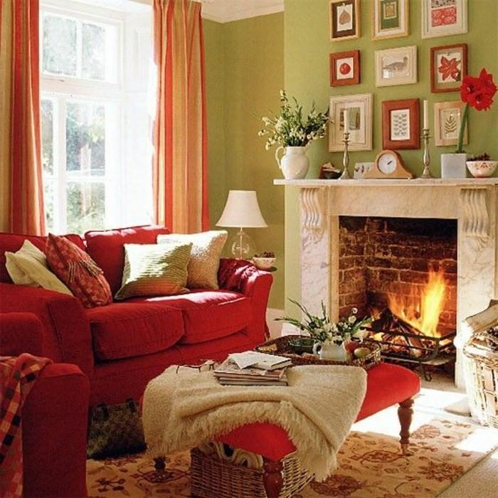 gemütliche-Atmosphäre-im-Wohnzimmer-Kamin-rote-Couch