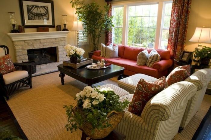 gemütliche-Einrichtung-Kamin-weiße-Blumen-feine-Sessel-rote-Couch