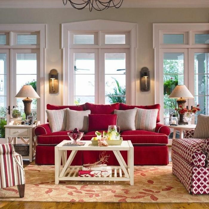 gemütliche-Einrichtung-schöne-bunte-Muster-florale-Motive-rote-Couch