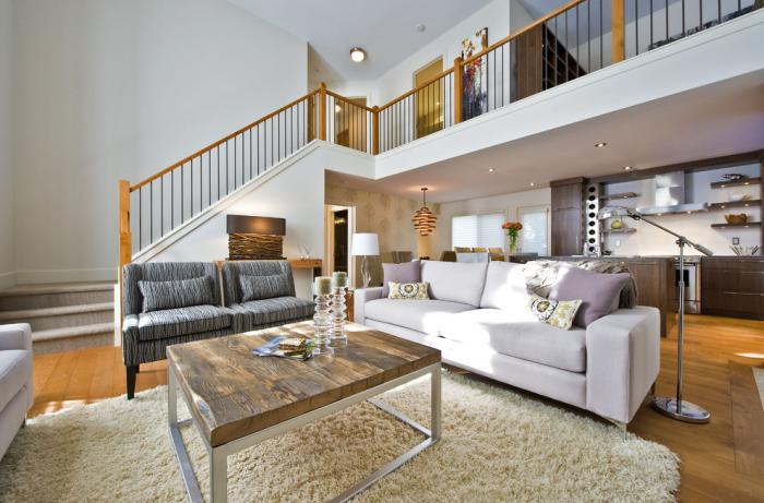 gemütliche-Wohnung-quadratischer-Couchtisch-mit-hölzerner-Tischplatte
