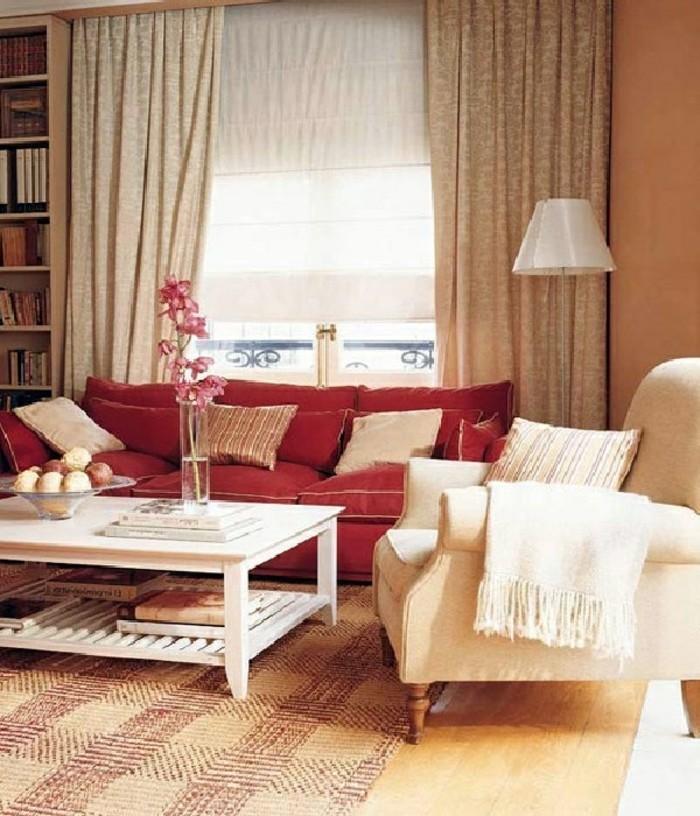 gemütliche-Wohnzimmer-Einrichtung-Pastellfarben-vintage-Teppich-rote-Couch
