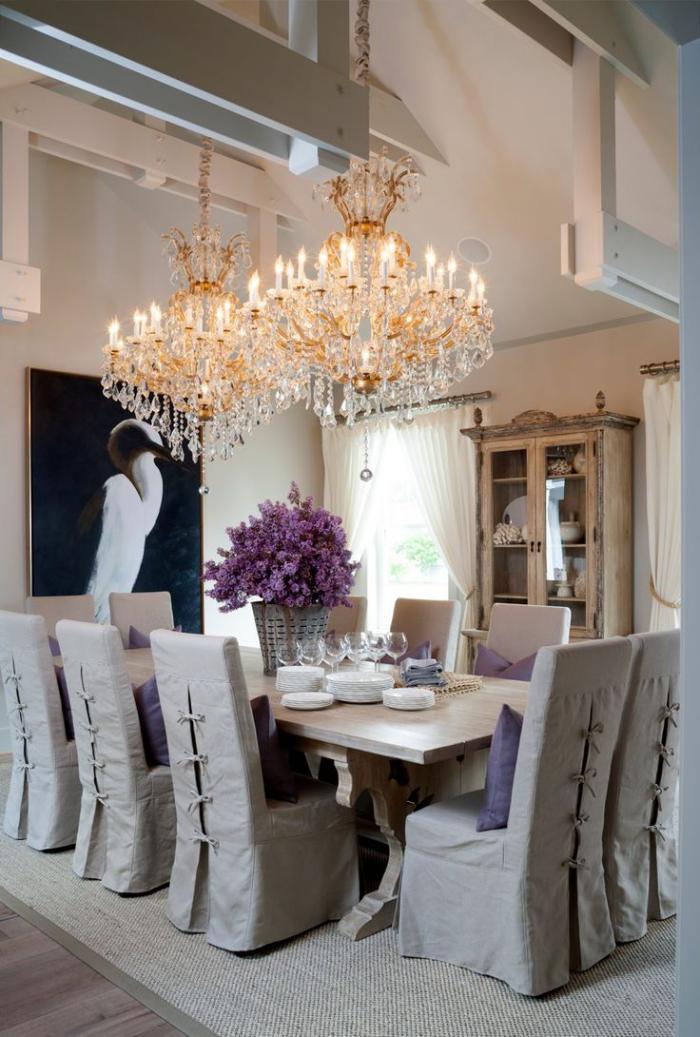 gemütliches-Esszimmer-Tischdkoration-Lavendel-wunderschöne-Kristall-Kronleuchter
