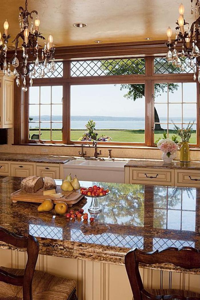 gemütliches-Küchen-Interieur-schöner-Ausblick-vintage-Kristall-Leuchten