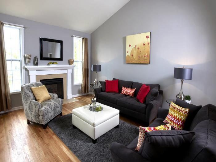gemütliches-Wohnzimmer-Interieur-weißer-Couchtisch-Hocker