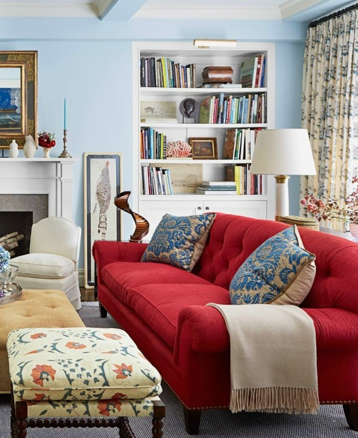 gemütliches-Wohnzimmer-bunte-Texturen-großes-rotes-Sofa