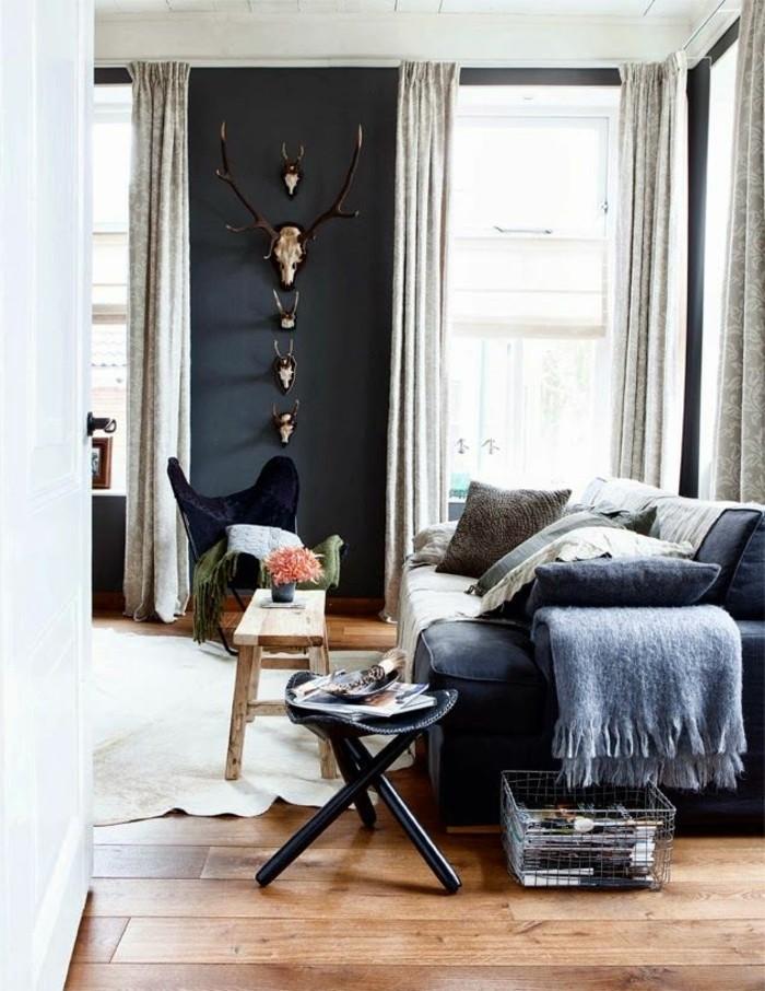 gemütliches-Wohnzimmer-in-Boho-Stil-rustikale-Wanddekoration-Parkettboden