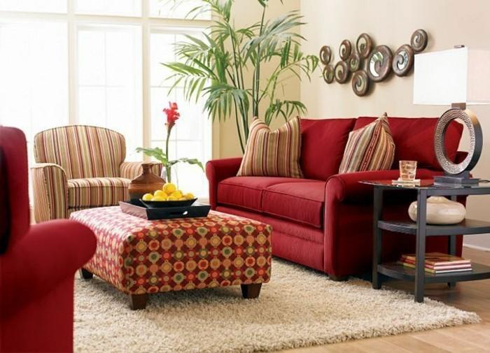 gemütliches-Wohnzimmer-schöne-Möbel-rote-Couch-Wanddekoration-Topfpflanze