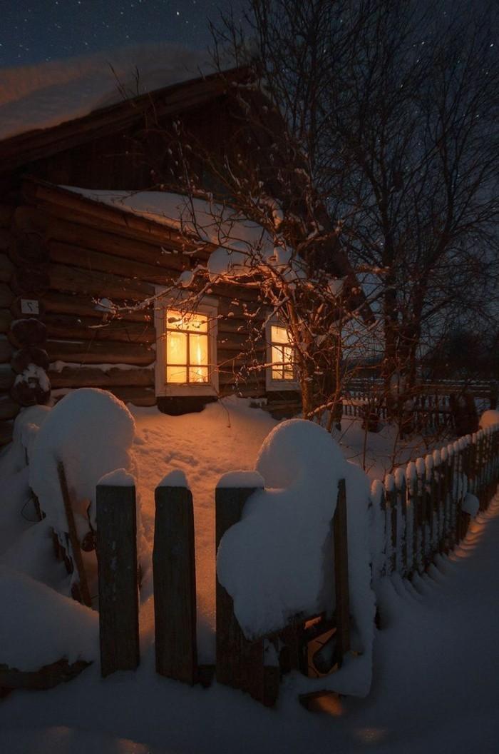 gemütliches-romantisches-Foto-von-Haus-im-Schnee