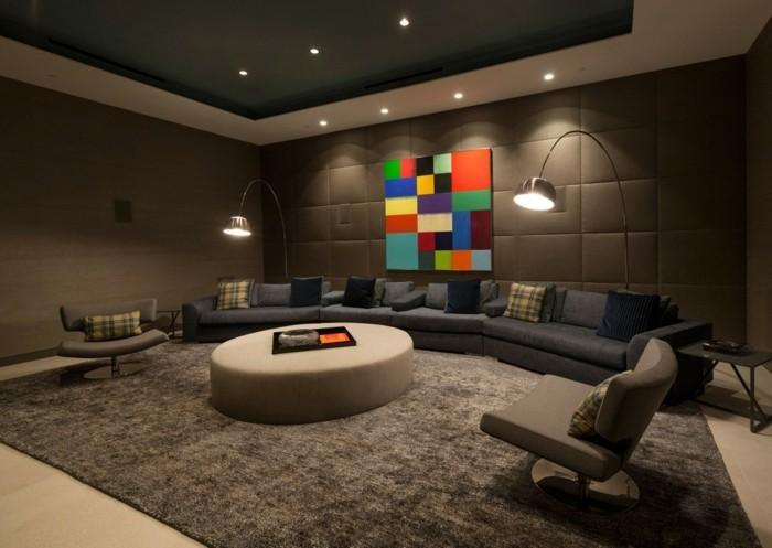 gemütliches-wohnzimmer-mit-unikaler-beleuchtung-runder-nesttisch