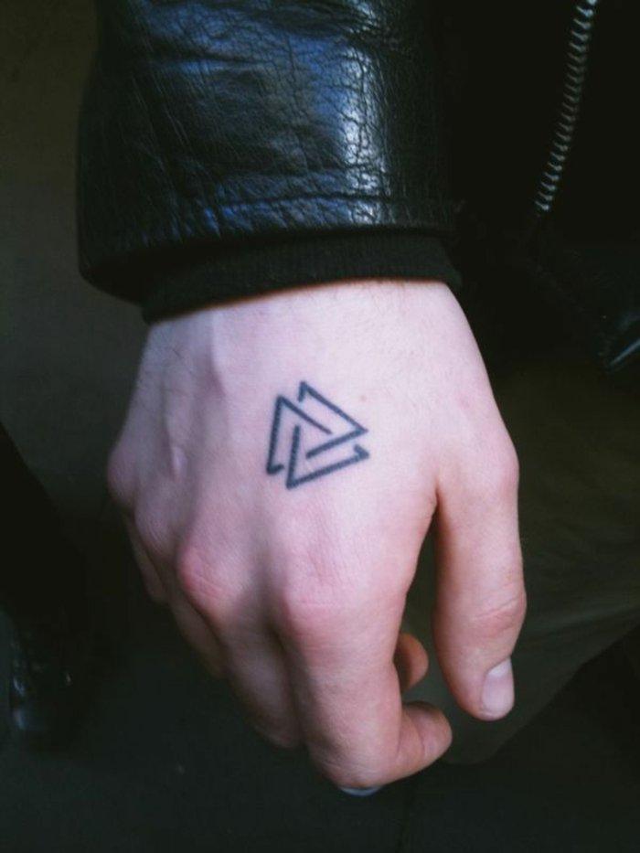geometrische-Männer-Tattoos-zwei-Dreiecke