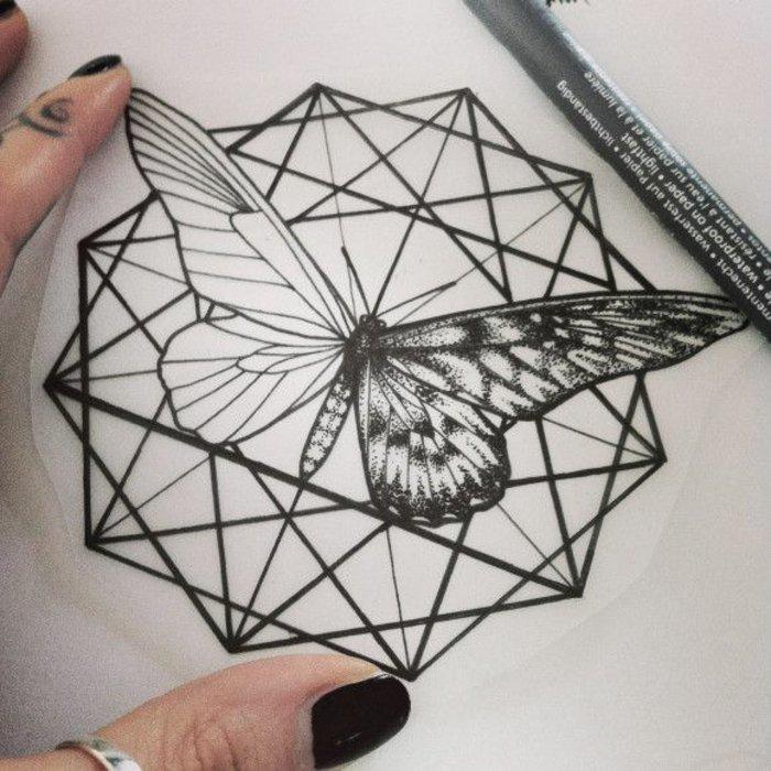 geometrische-Tattoos-für-Frauen-Schmetterling-Motiv