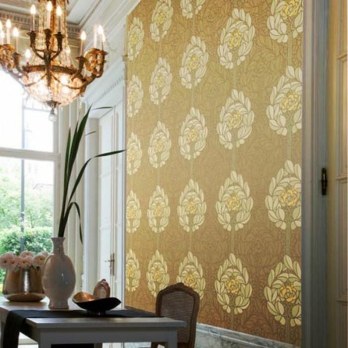 goldene-tapeten-und-kreative-dekoration-im-zimmer