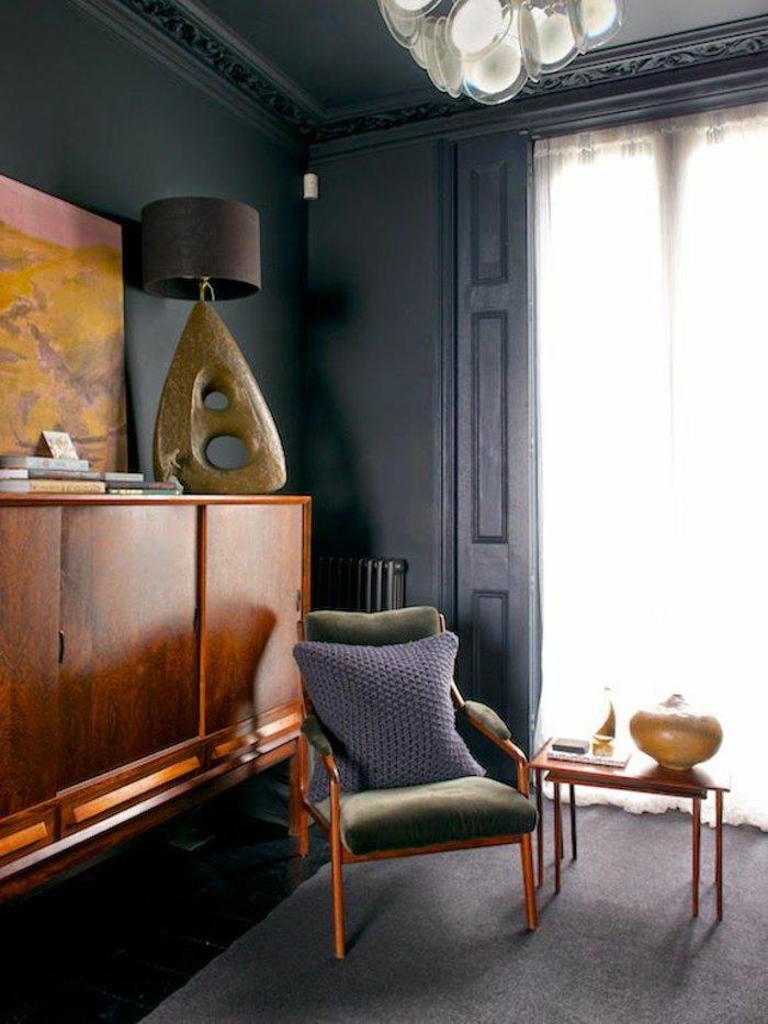 graue-Wandfarbe-Wohnzimmer-vintage-Möbel