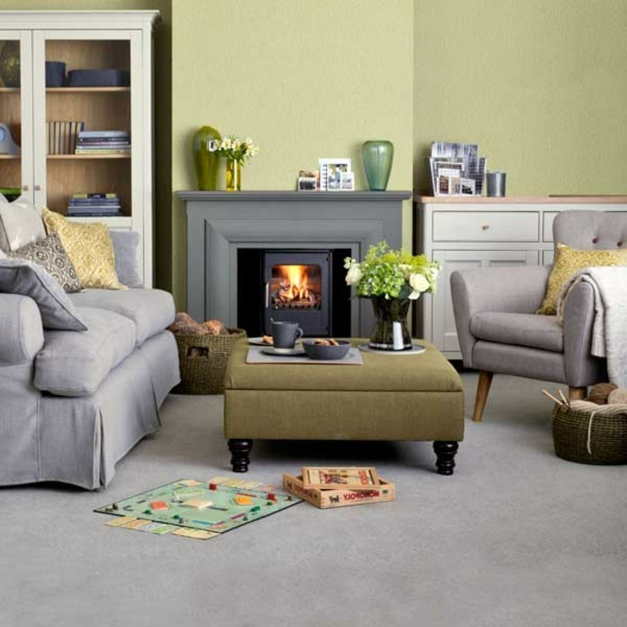 grauer-teppich-in-einem-gemütlichen-wohnzimmer-mit-kamin-schöne-raumgestaltung