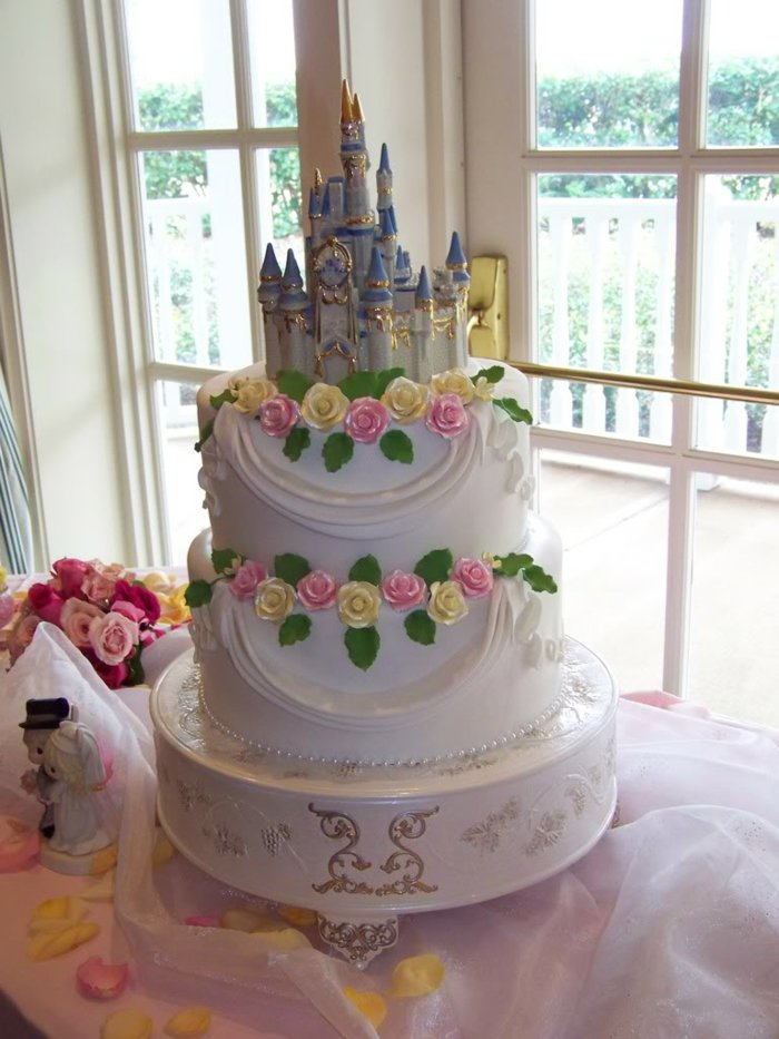 großartige-Hochzeitstorte-in-Disney-Stil