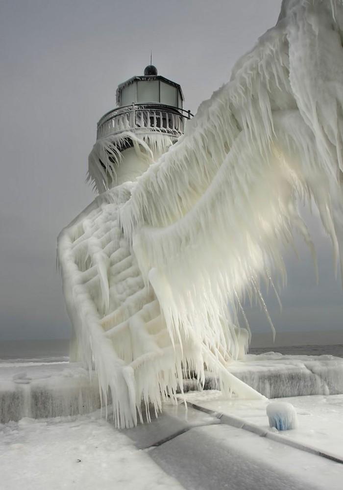 großartige-Winterbilder-gefrorene-Treppen-einzigartige-Eisformen