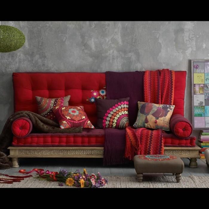 großartiges-Modell-Couch-rot-Kissen-mit-indischen-Motiven