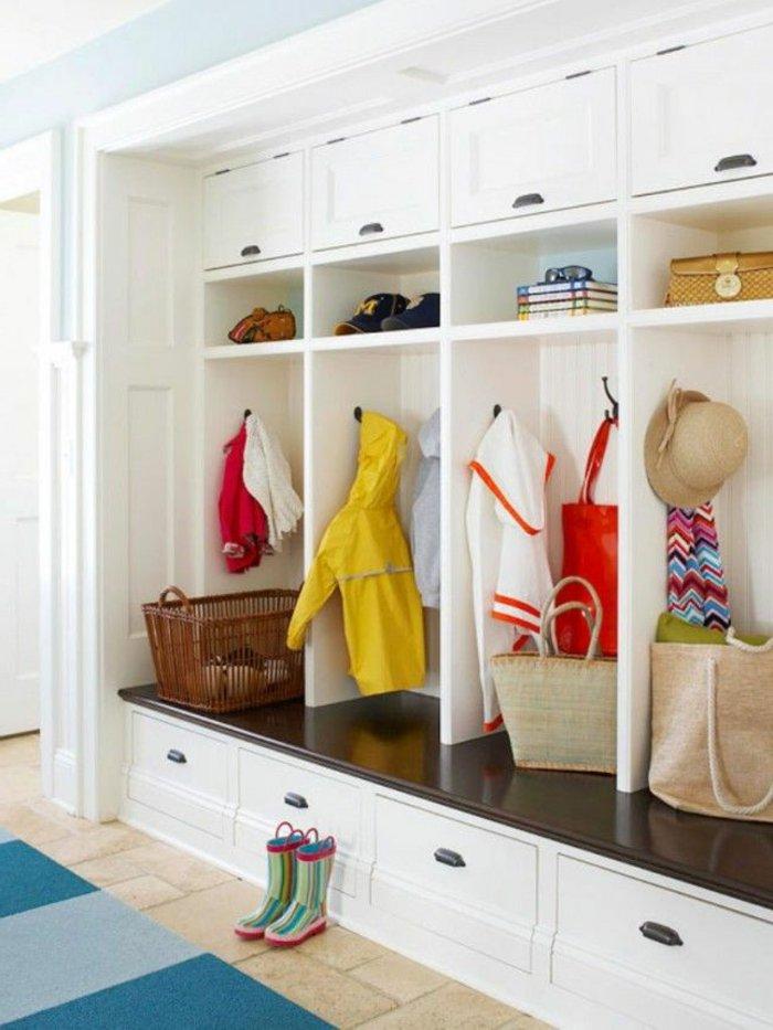 große-weiße-Garderobe-mit-Schubladen-für-Kinder-Schuhe