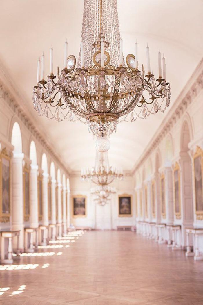 großer-Saal-weiße-Wände-herrliche-Ornamente-einzigartiger-Kristallleuchter