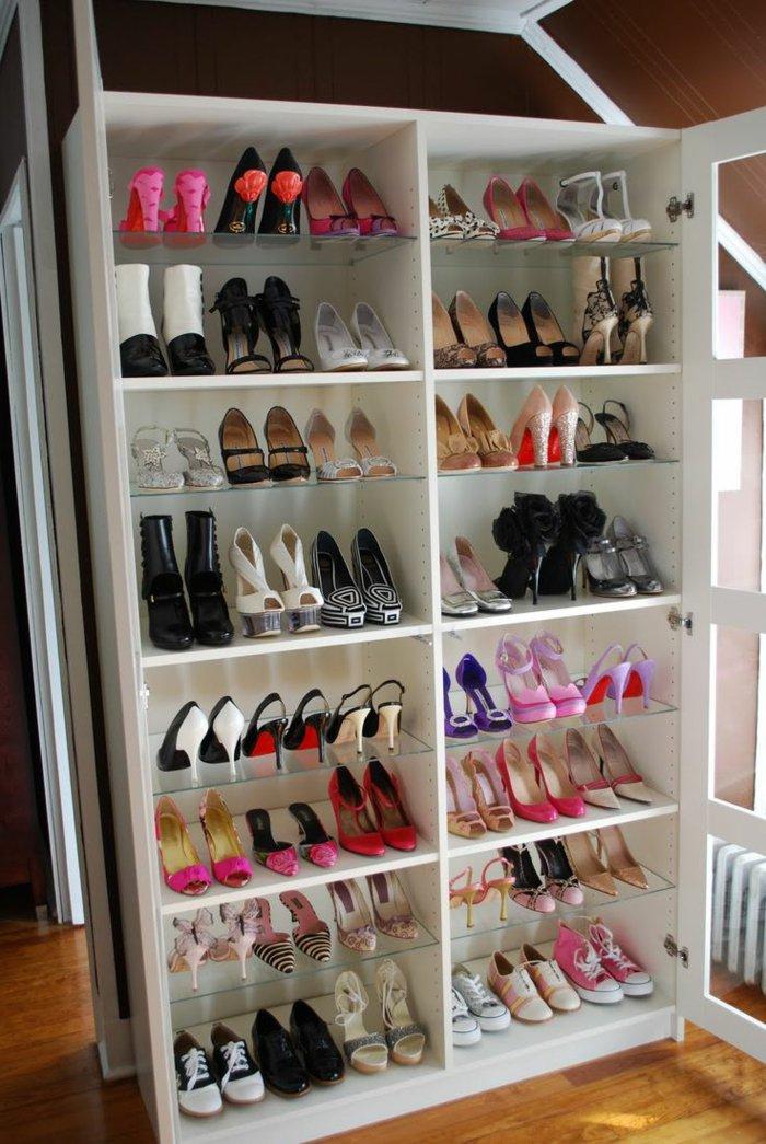 großer-Schrank-für-Damen-mit-vielen-Schuhen
