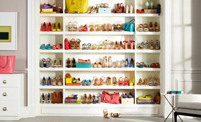 großer-Schuhschrank-viele-Schuhregale-weiß