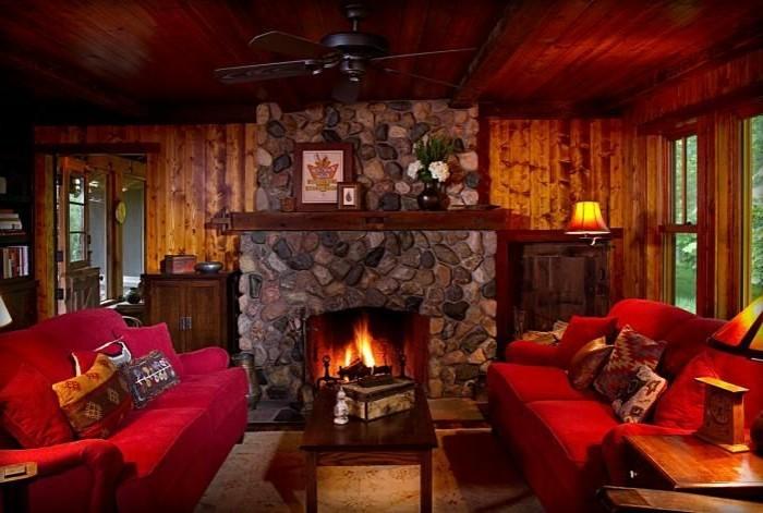 hölzerne-Wohnung-Kamin-rote-Sofas