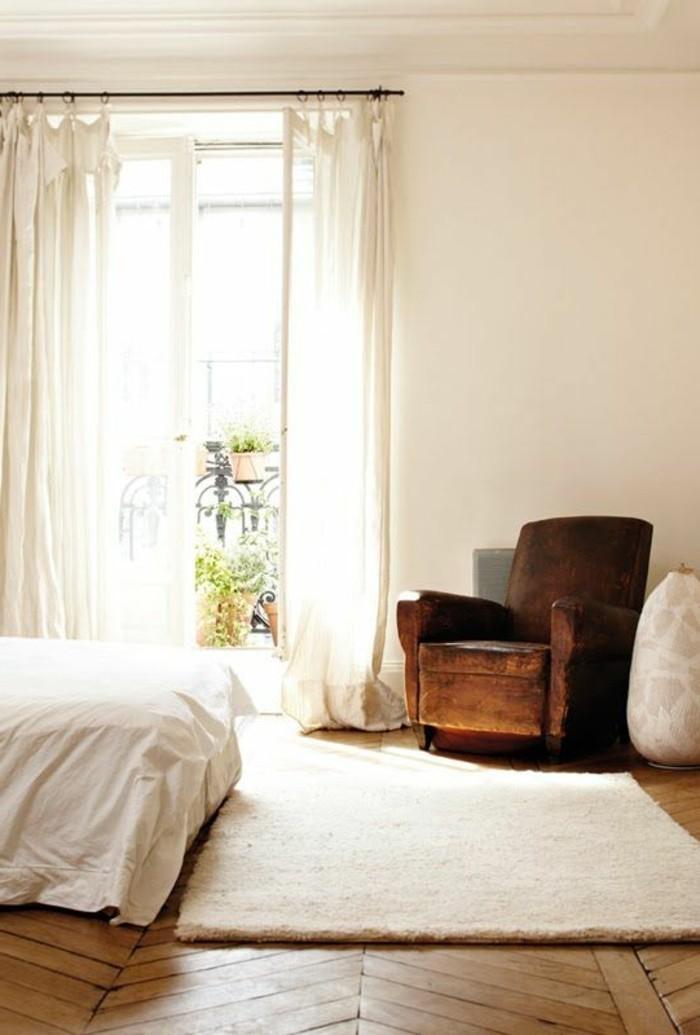 helles-Schlafzimmer-vintage-Sessel-Holzparkett