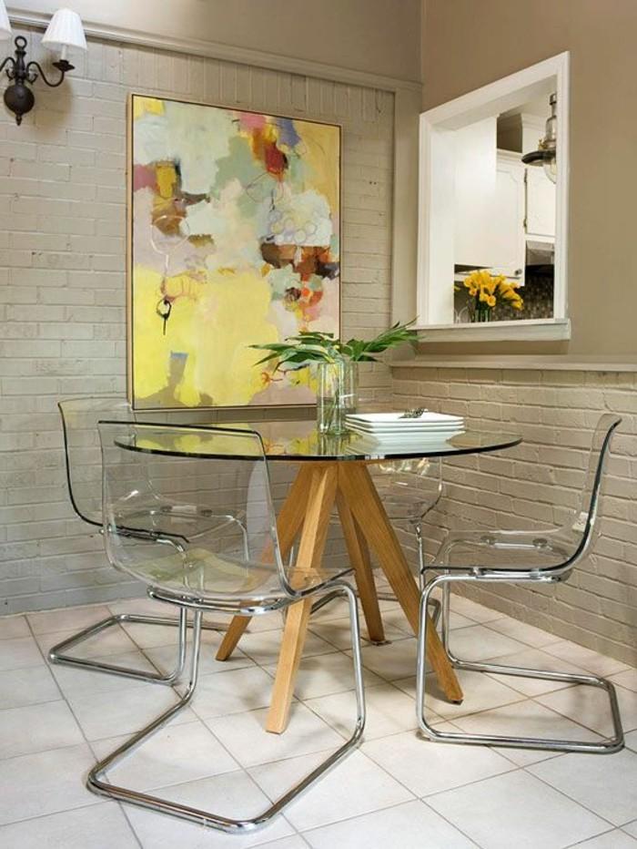 herrlicher-glastisch-mit-modernen-stühlen-im-super-esszimmer