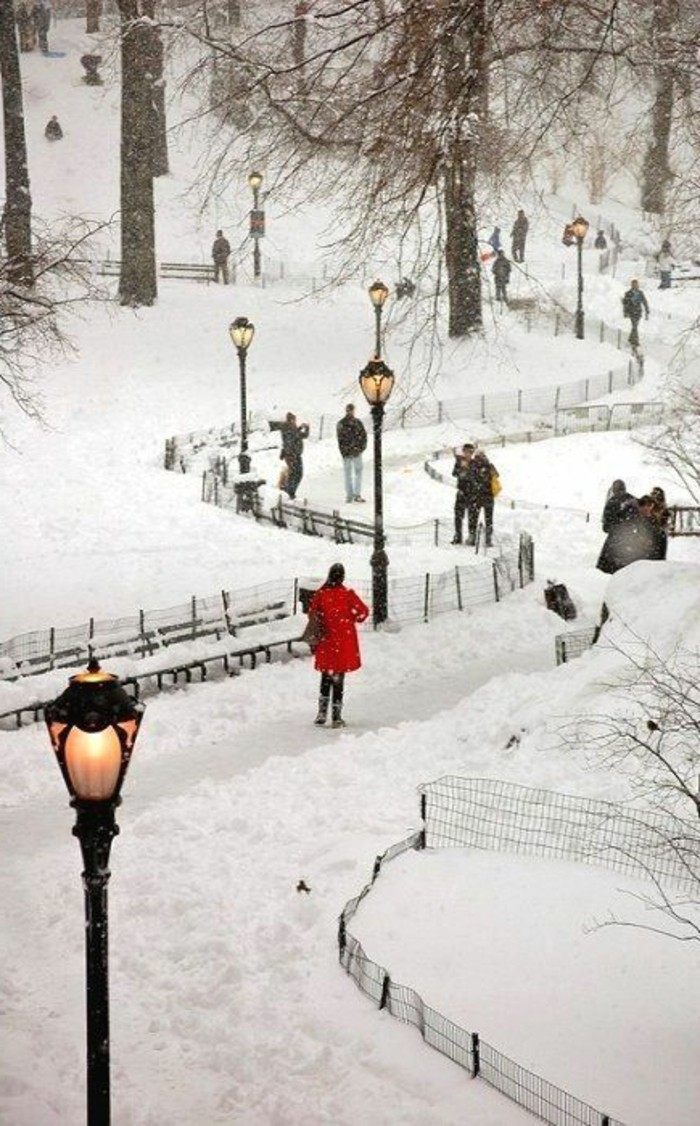 herrliches-Winterbild-Spaziergang-im-Schnee