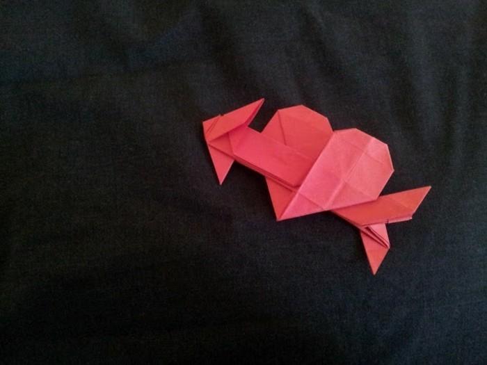 herz-basteln-papier-falten-rote-farbe