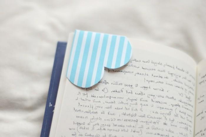 herze-basteln-blaue-farbe-interessantes-modell-lesezeichen