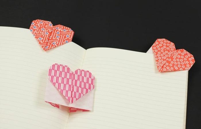 herze-basteln-origami-modell-schwarzer-hintergrund
