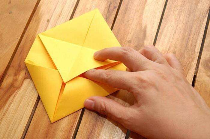 herzen-basteln-interessante-origami-ideen-hölzerne-bretter-dahinter