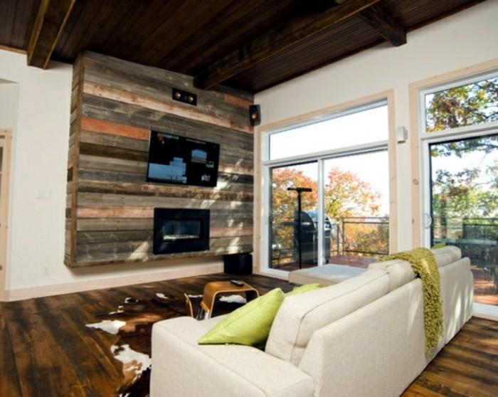 holzpaletten-möbel-weißes-sofa-und-kreative-wand-im-wohnzimmer