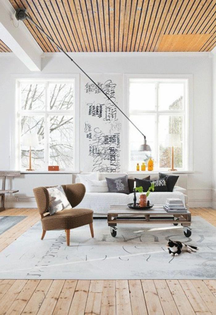 holzpaletten-möbel-weißes-sofa-und-stühle-im-wohnzimmer