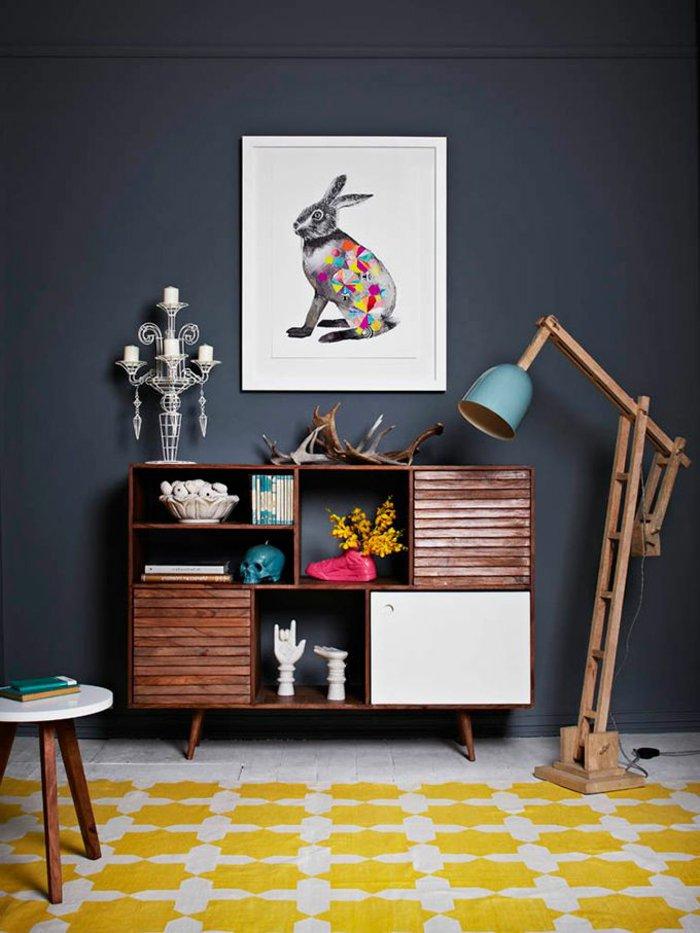 interessante-Wohnzimmer-Gestaltung-Regale-mit-Souvenirs-Wandfarbe-Anthrazit