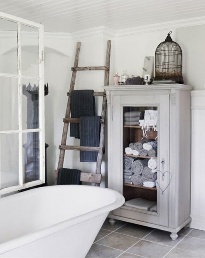 interessante-badezimmermöbel-freistehende-badewanne-hölzerne-treppe