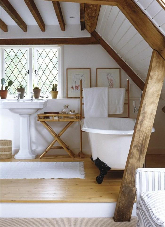 interessante-badezimmermöbel-hölzerne-bretter-an-der-zimmerdecke