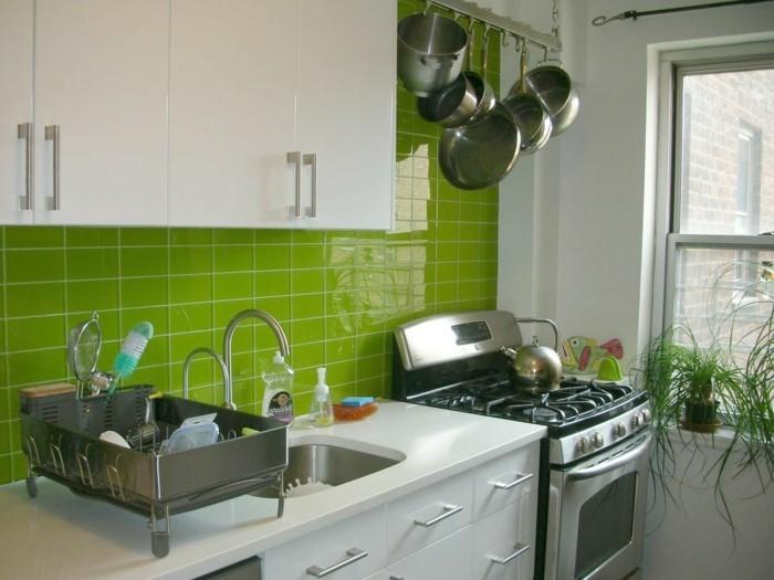 interessante-kleine-küche-gestalten-mit-grünen-fliesen