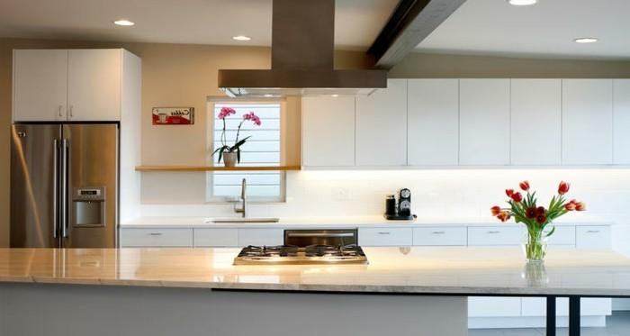 attraktive gestaltung  magnolia küche mit deko blumen drin