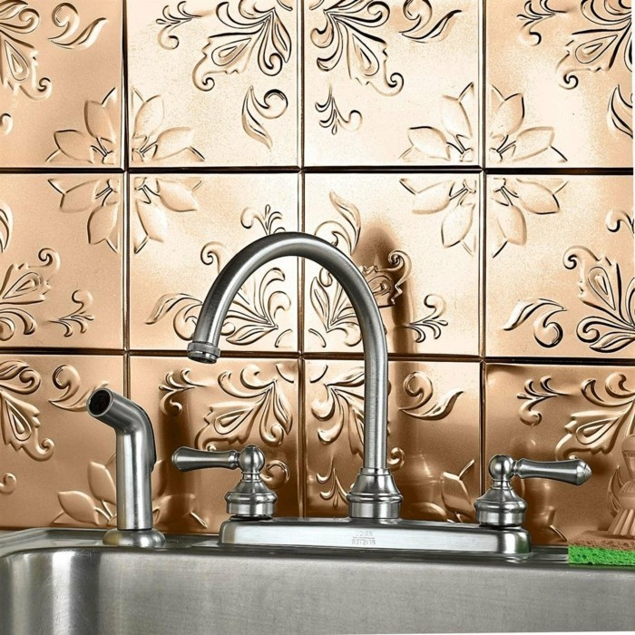 küche-mit-goldenen-effektvollen-fliesen-gestalten
