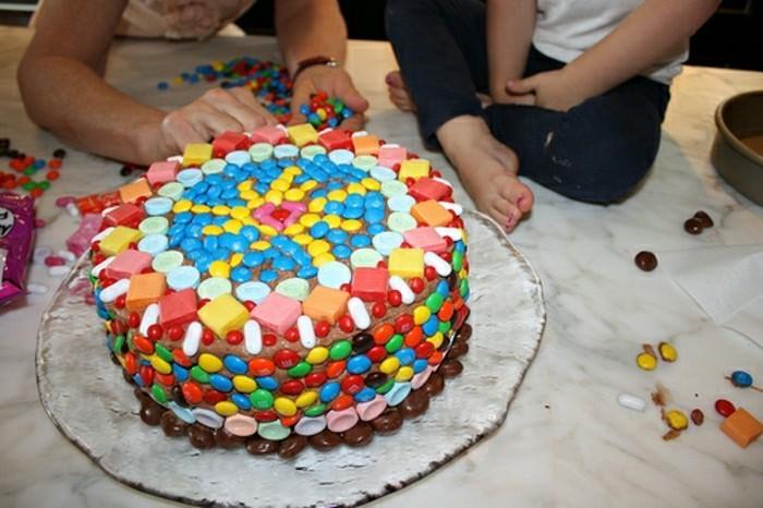 kindergeburtstagskuchen-kleine-bunte-elemente-runde-torte