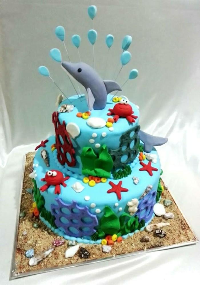 kinderkuchen-zum-geburtstag-delfin-figuren-wunderschöne-blaue-creme