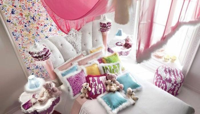 kinderzimmer-gestalten-mädchen-viele-dekorative-kissen-auf-dem-bett