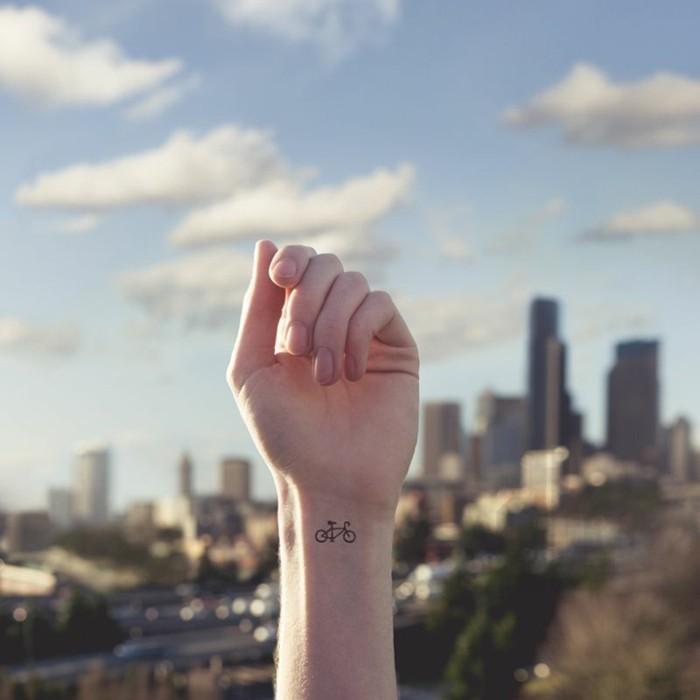 kleine-Tattoos-Fahrrad-Darstellung-Handgelenk-Tattoo