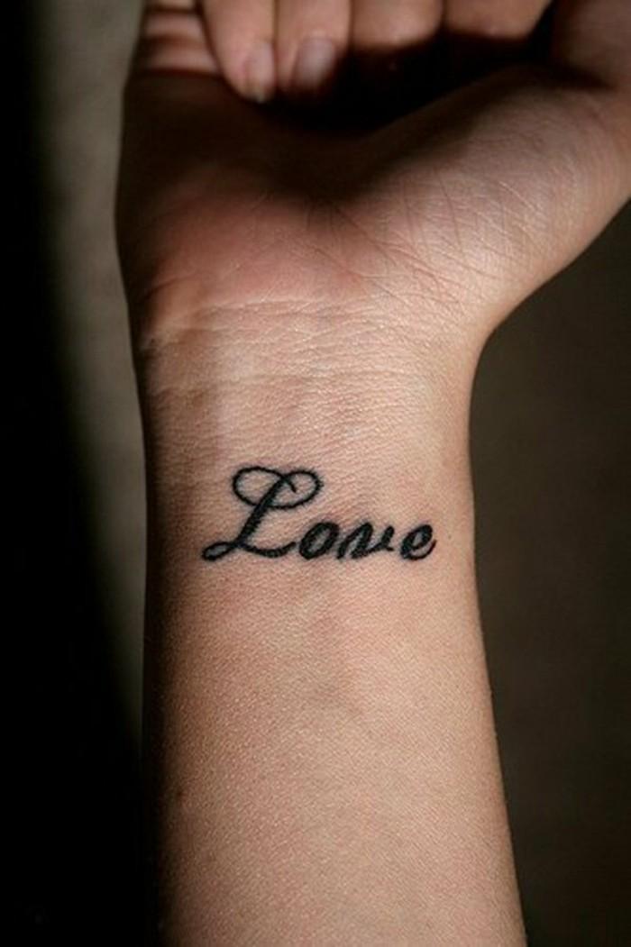 kleine-Tattoos-Tattoo-am-Handgelenk-Tattoo-Schriftzug