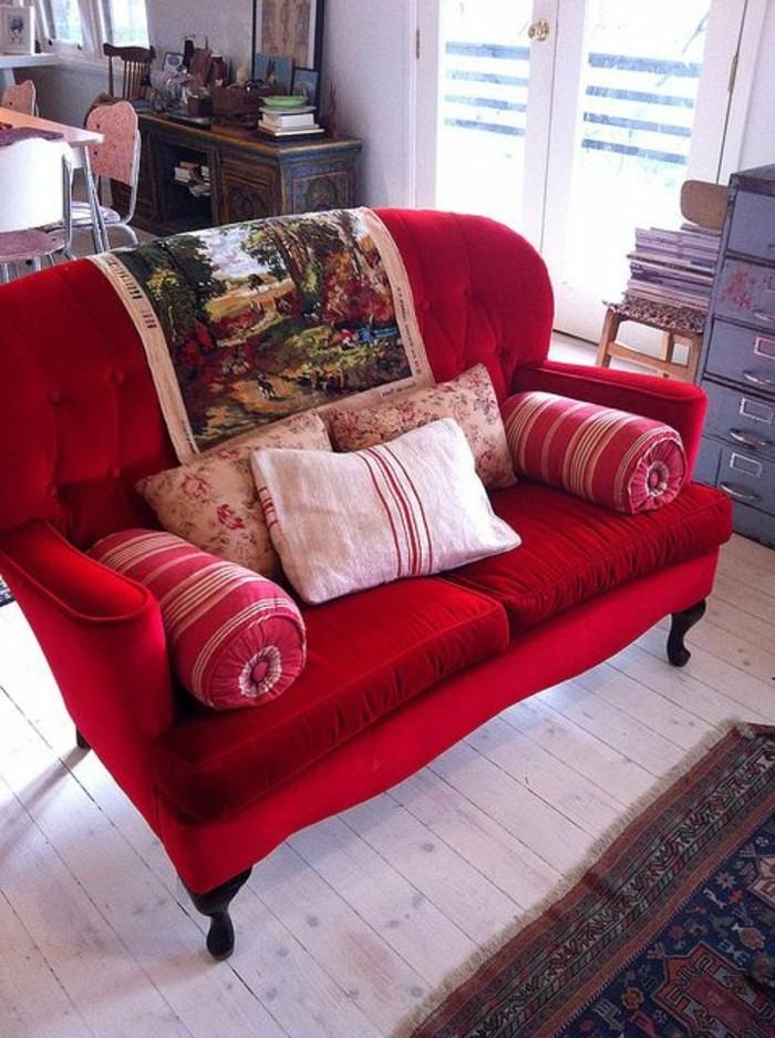 kleine-rote-Couch-mit-fantastischem-Design
