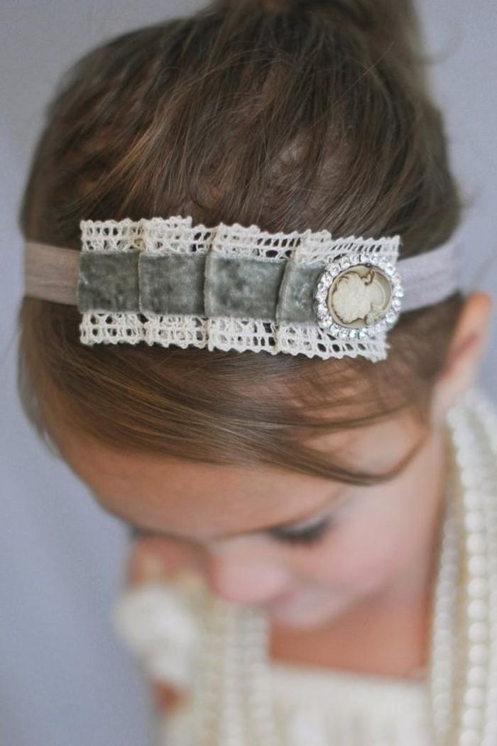 kleines-Mädchen-mit-schönem-vintage-Haarschmuck