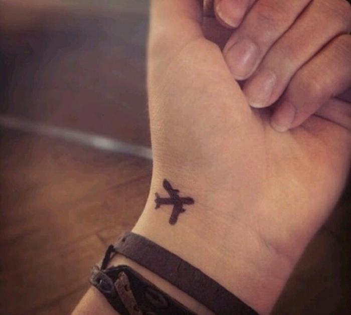 kleines-Tattoo-coole-Tattoo-Ideen-Flugzeug